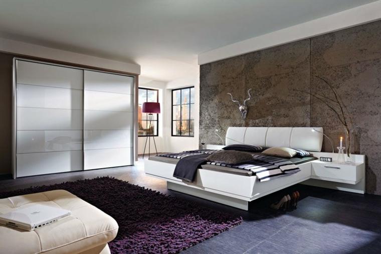 Armadio con porte scorrevoli, letto con testata in pelle, parete in marmo marrone