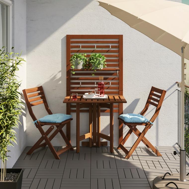 pavimentazione balcone con blocchi legno arredare terrazzo appartamento con set di mobili da esterno