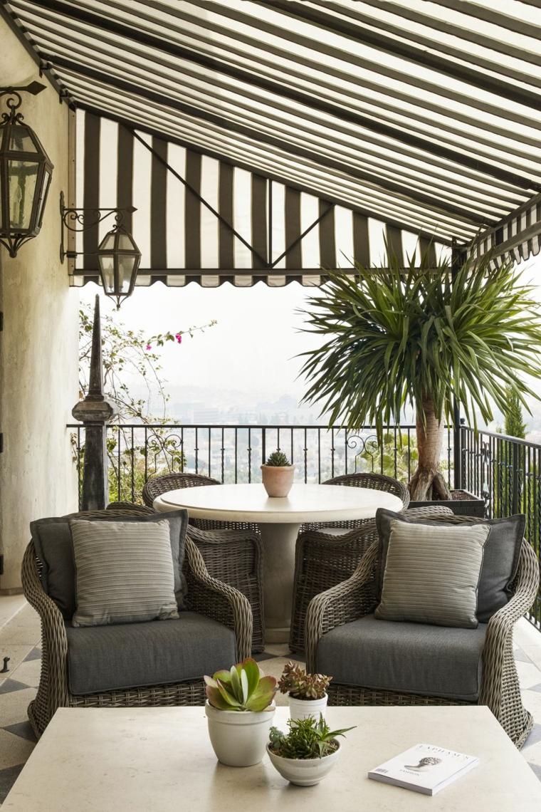 Balcone coperto con pergola, arredo balcone con sedie in rattan e tavolino
