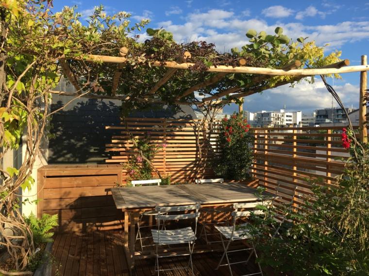 Terrazzo coperto con pergola, arredo con tavolo e sedie, pavimentazione in legno
