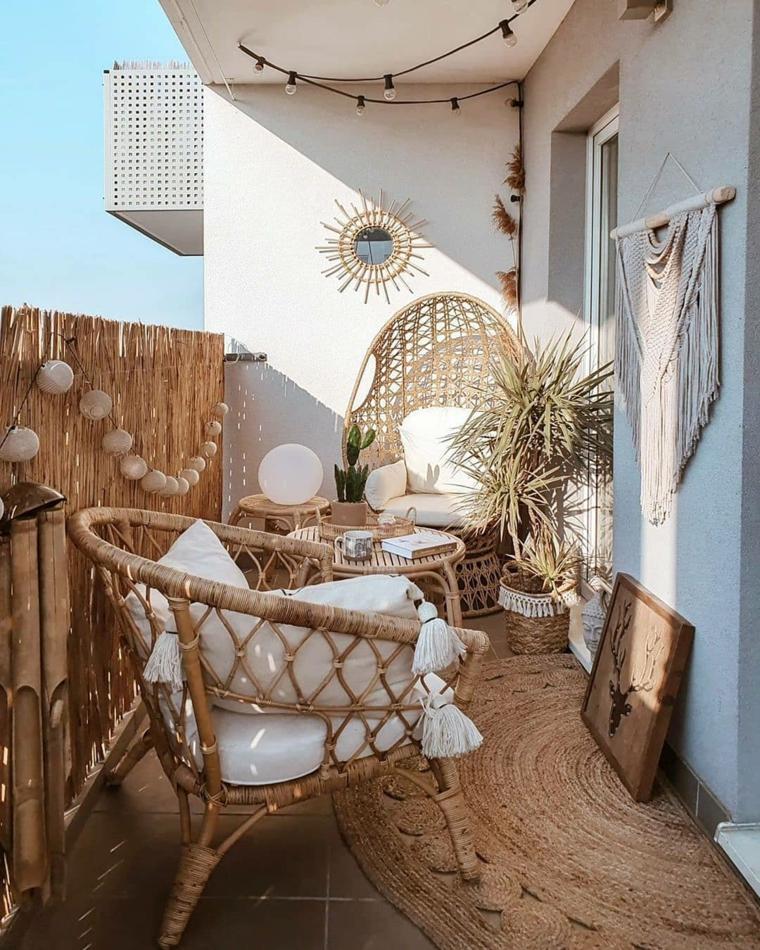 Come arredare un terrazzo, mobili in rattan su un balcone con tetto, decorazione balcone con fili di lampadine