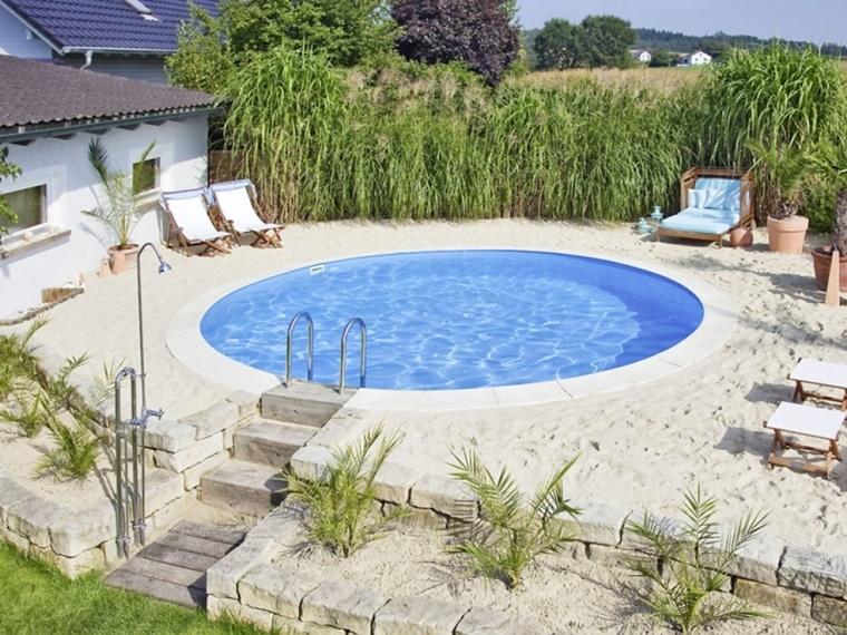 piscina da giardino forma rotonda pavimento ricoperto sabbia