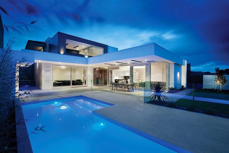 piscina esterna casa moderna bianco
