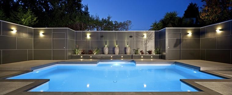piscina esterna forma originale illuminazione soffusa