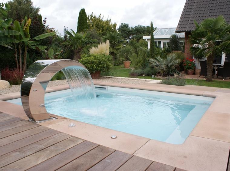piscina esterna forma quadrata fontana moderna