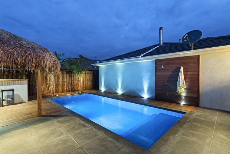 piscina esterna forma rettangolare giardino moderno