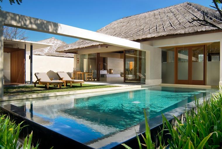 piscina esterna forma rettangolare villa moderna
