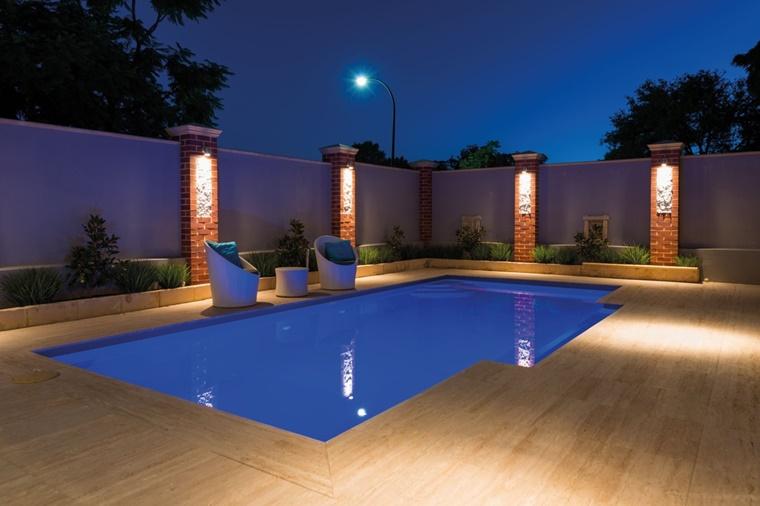 piscina esterna giardino design moderno