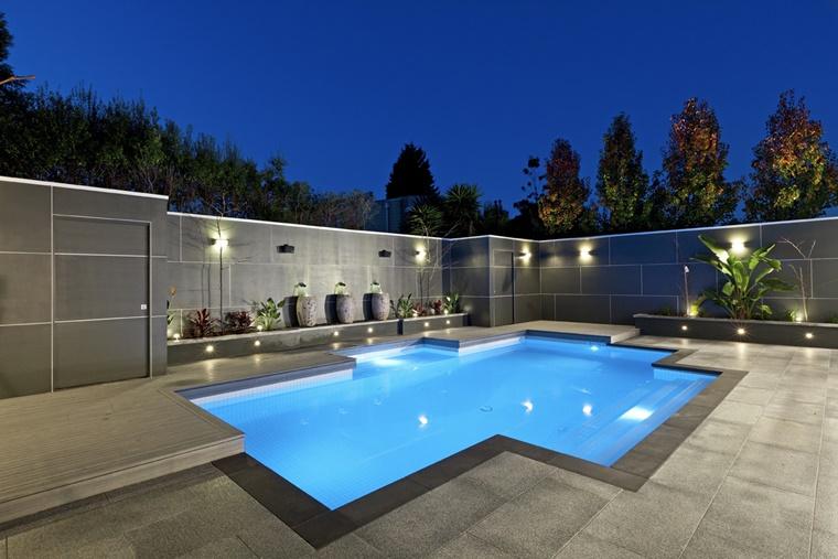 piscina esterna ispirazione design moderno