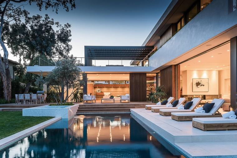 piscina esterna lusso casa moderna