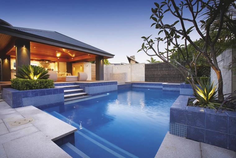 piscina esterna molto grande diverse entrate