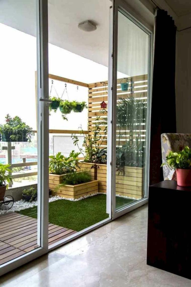 Come abbellire un terrazzo, terrazzo con vasi di legno per piante, balcone con ringhiera di legno