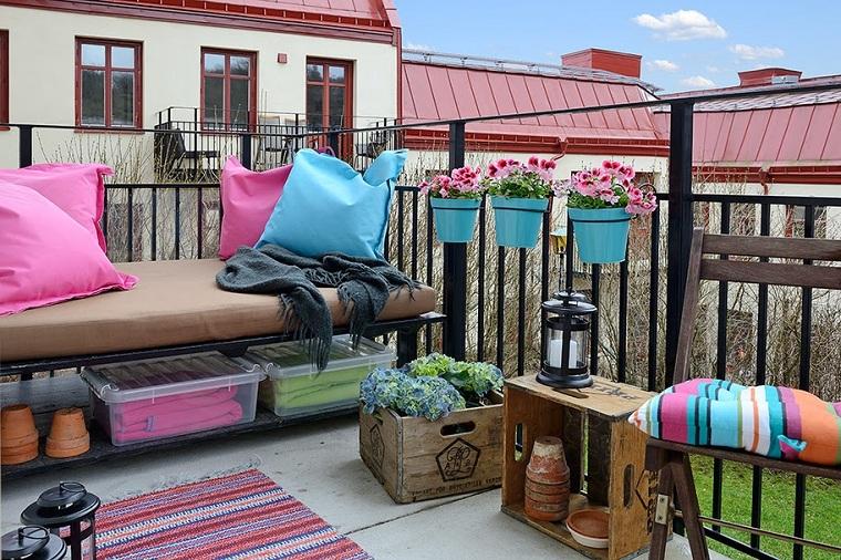 recinzione ringhiera in ferro battuto arredare terrazzo fai da te panchina e cassette come mobili