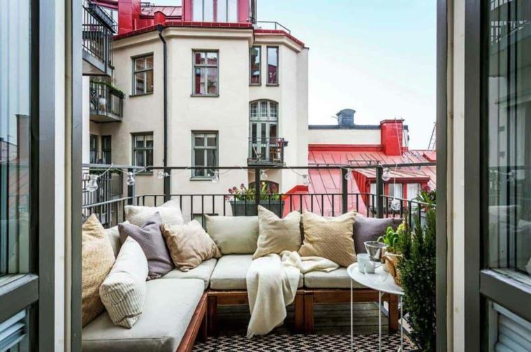 Come arredare un terrazzo spendendo poco, terrazzo con ringhiera in ferro battuto