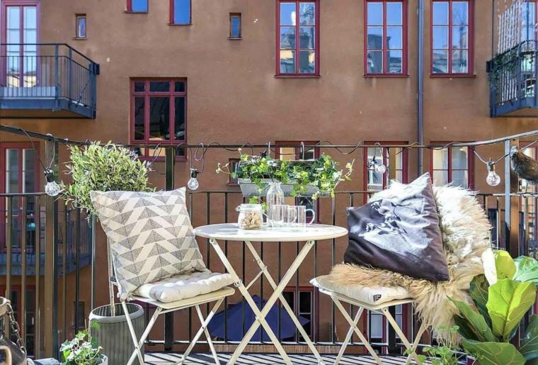 Arredare balcone piccolo e stretto, balcone con ringhiera in ferro battuto, arredo con tavolo e due sedie