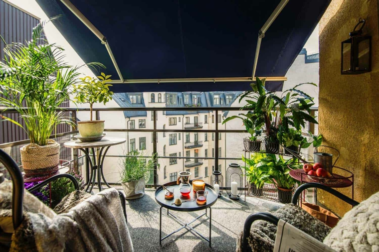 Come arredare un piccolo terrazzo coperto, terrazzo con ringhiera in ferro battuto