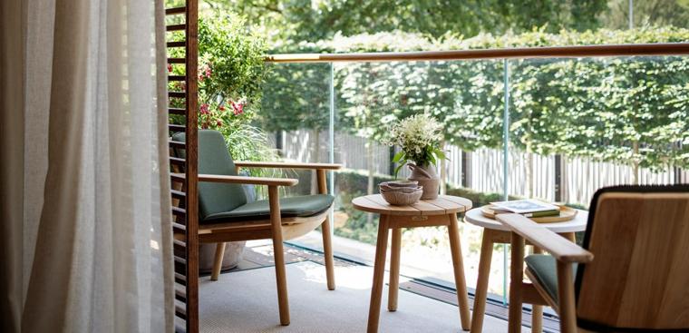 Arredare terrazzo appartamento, set di mobili con due sedie e tavolino, terrazzo con ringhiera in vetro