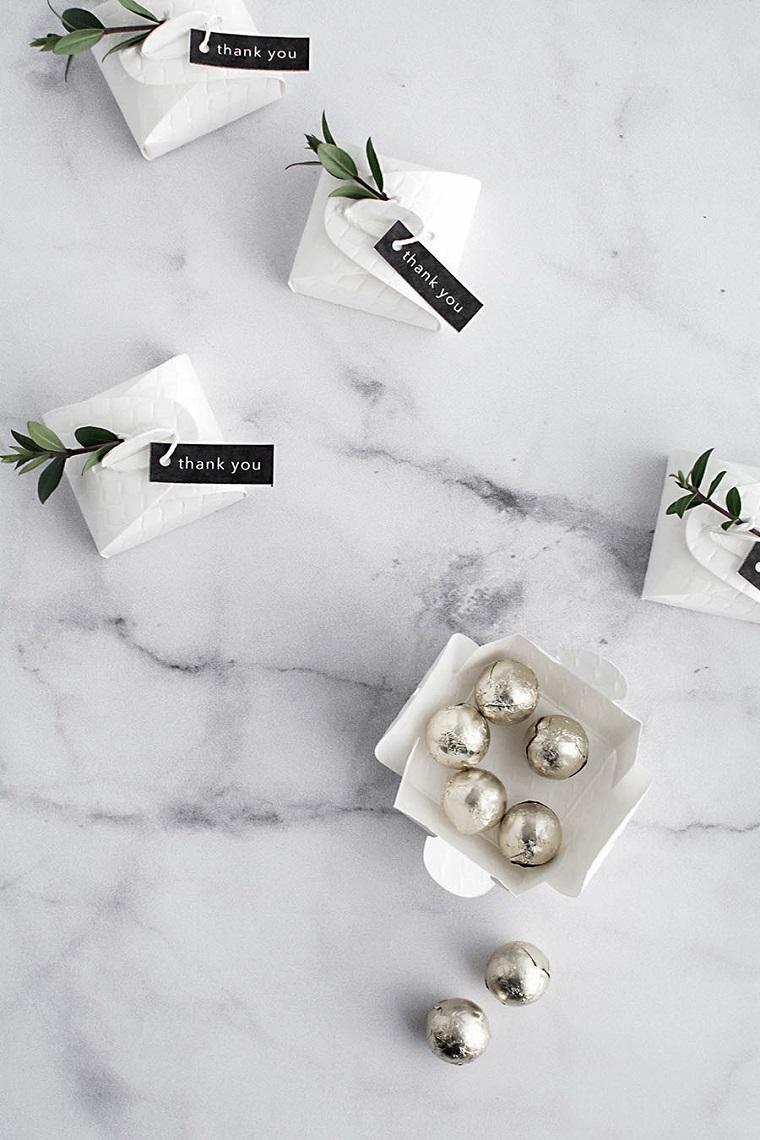 sacchetti bomboniere fai da te confetti incartati in carta argentata decorazione con bigliettino