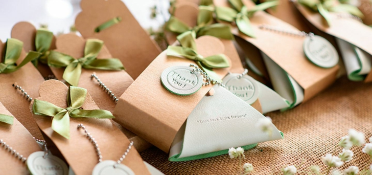 sacchetti portaconfetti fai da te decorazione con fiocco verde ragalo bomboniera per matrimonio