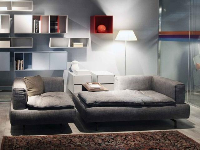 salotto moderno ripiani parete divani grigi tappeti tradizionali