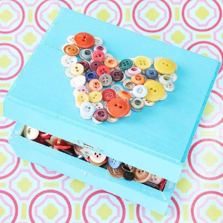 scatola speciale bottoni colorata fresca