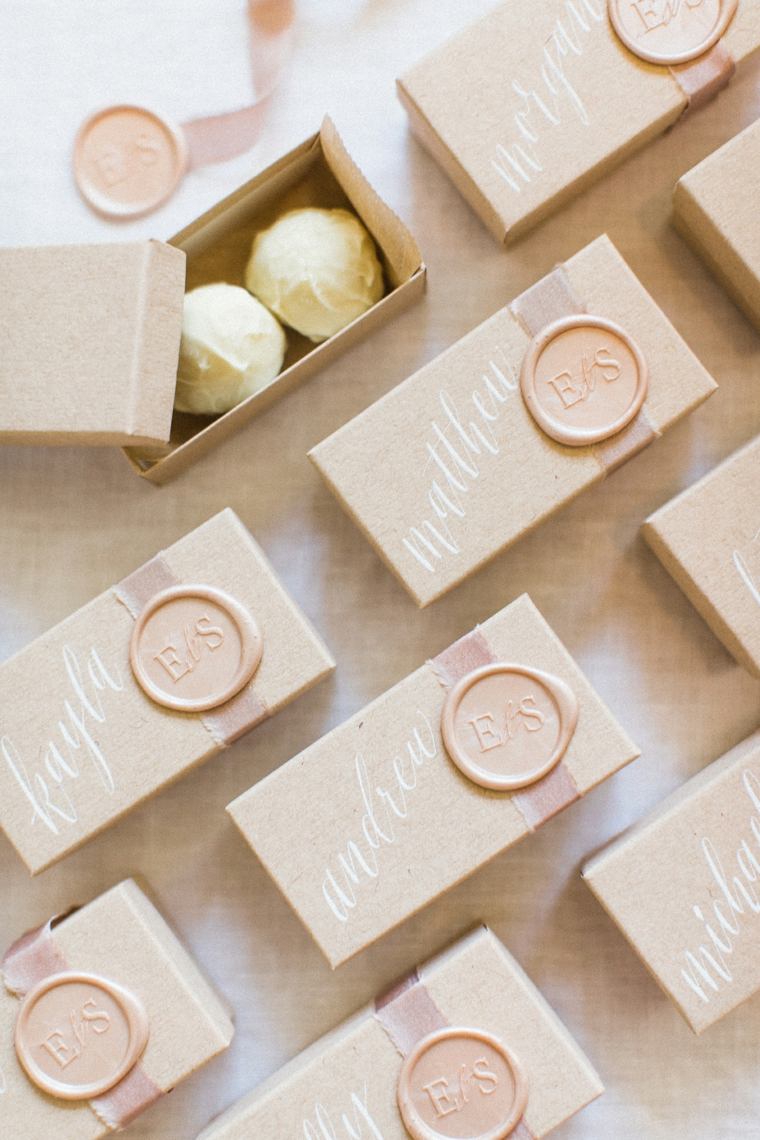 scatole bomboniere matrimonio con caramelle coperchio decorato con timbo