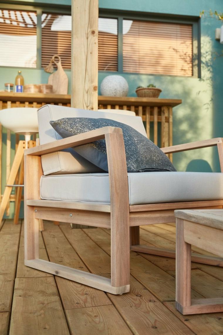Poltrona da esterno con cuscineria bianca, come abbellire un balcone, pavimentazione balcone in legno