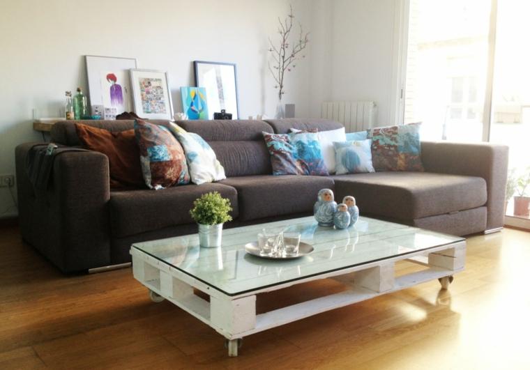 Tavolo con bancali, tavolino basso di colore bianco con superficie di vetro