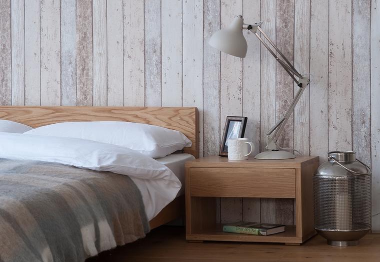 stanza da letto mobili legno parete rivestita pannelli legno sbiancati invecchiati