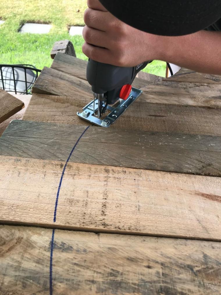 Come costruire un tavolo da giardino con pallet, tagliare con seghetto elettrico un pallet