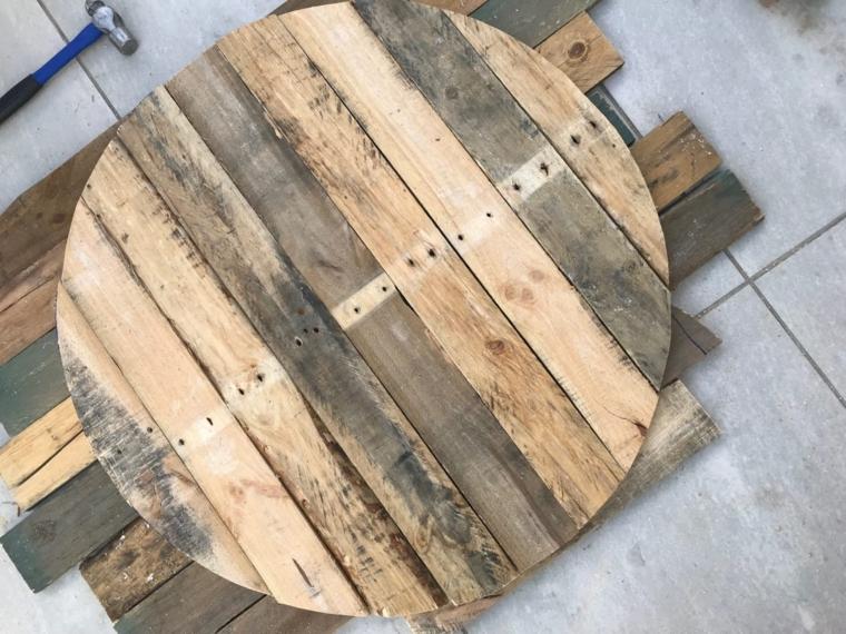 Tavolo con pallet, pezzo di pallet ritagliato dalla forma circolare