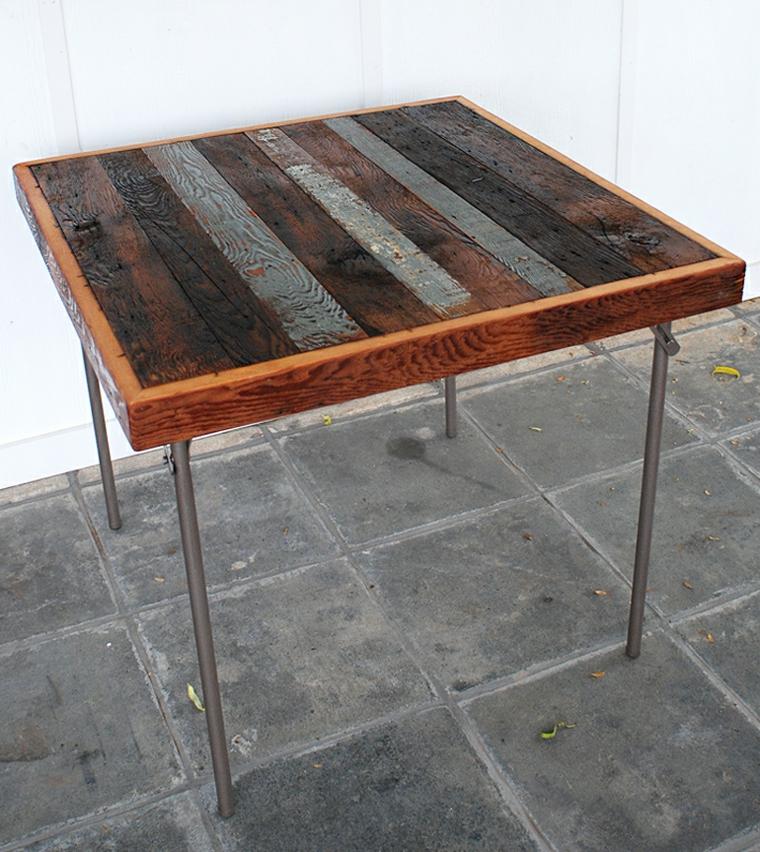 Un tavolo di legno con gambe di metallo, tavolo di bancale di pallet