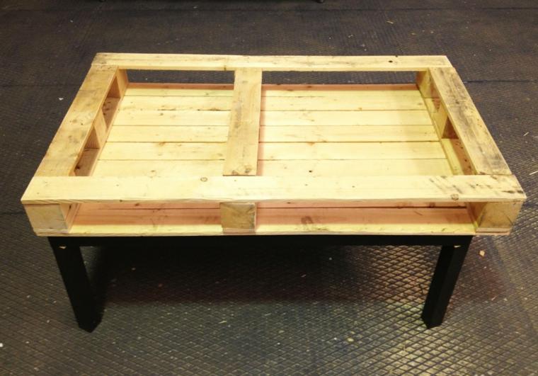 Costruire con i pallet, pallet posizionato su un altro tavolino