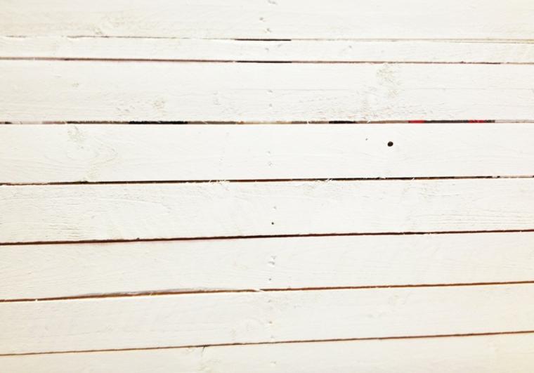 Tavoli fatti con bancali, pallet dipinto con vernice di colore bianco
