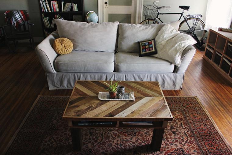 Creare con i bancali, soggiorno con divano e un tavolino basso con centrotavola