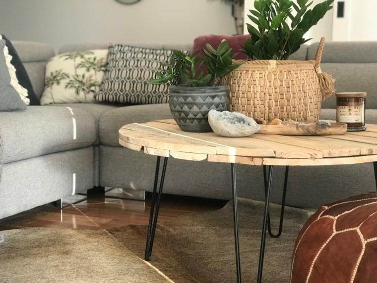 Come costruire un tavolo da giardino con pallet, soggiorno con divano grigio e tavolino di pallet rotondo