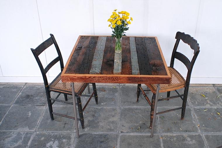 Tavolo con bancali, giardino con un tavolino di pallet con due sedie