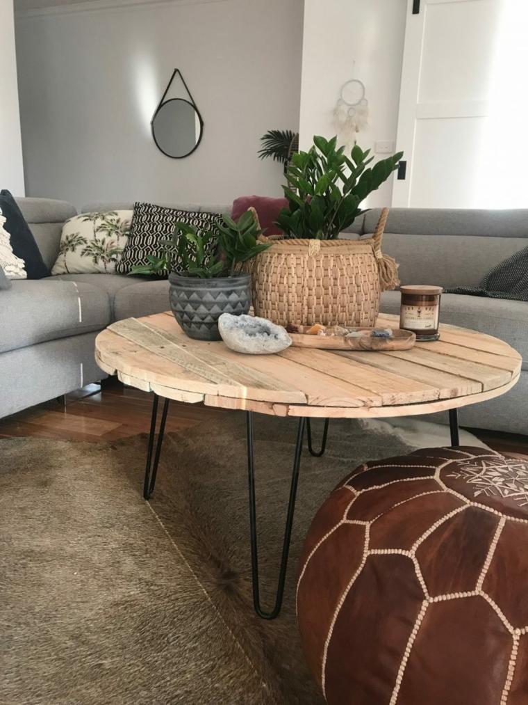 Tavoli fatti con bancali, soggiorno con divano grigio e tavolino rotondo