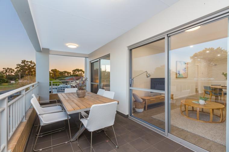 Come abbellire un terrazzo, porta scorrevole sul balcone, arredo con tavolo da pranzo e sedie