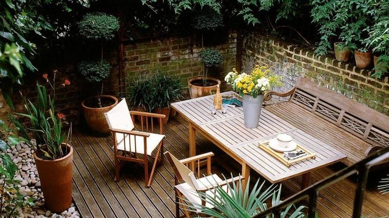 tavolo di legno con sedie come arredare un terrazzo spendendo poco pavimentazione lastre di legno