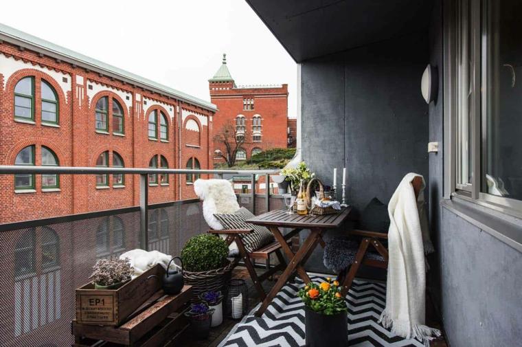 Arredare balcone piccolo e stretto, arredo con set di tavolo e due sedie, cassette di legno come vasi