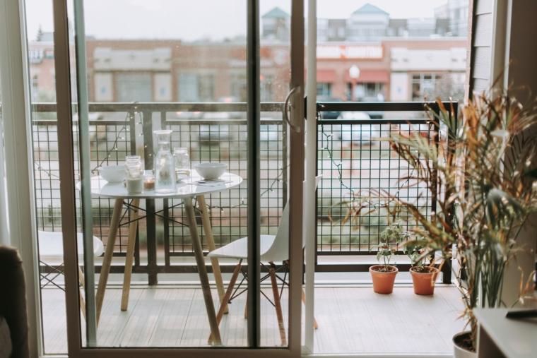 Come arredare un terrazzo, terrazzo con ringhiera in ferro battuto, arredo con tavolo e sedie