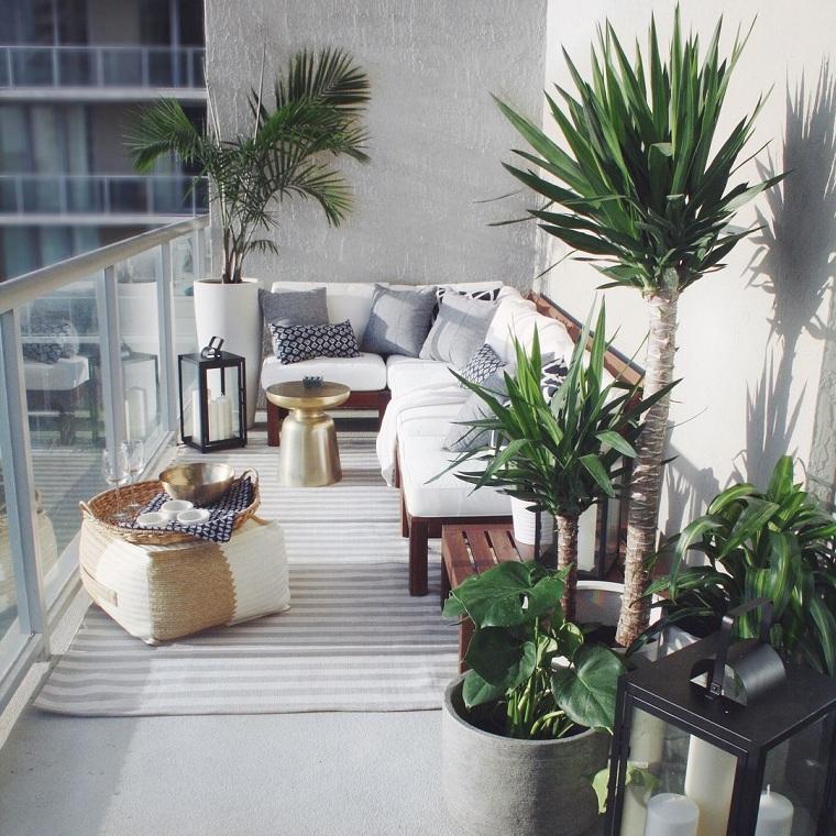 terrazzi arredati con pallet arredo con panchina in legno decorazioni con piante dalla foglia verde