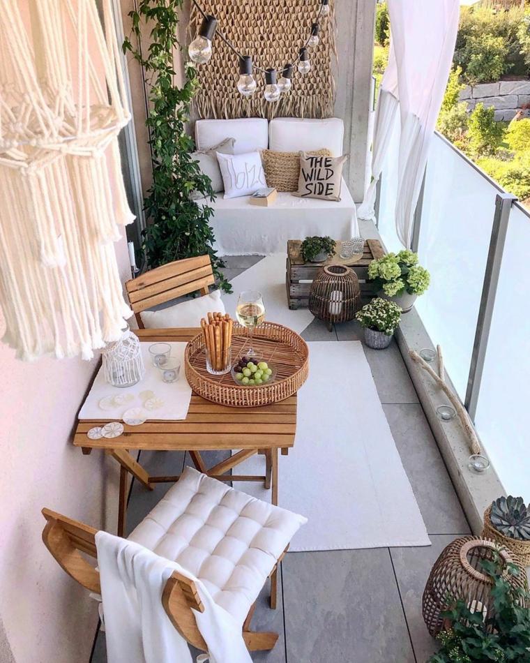 terrazzi arredati con piante arredo tavolo di legno due sedie e vasi fioriti