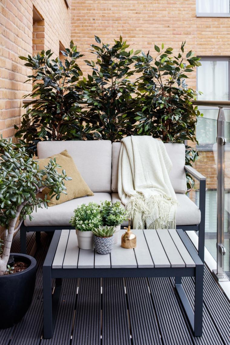 terrazzi arredati con piante ringhiera in ferro battuto decorata con piante dalla foglia verde set di mobili in metallo