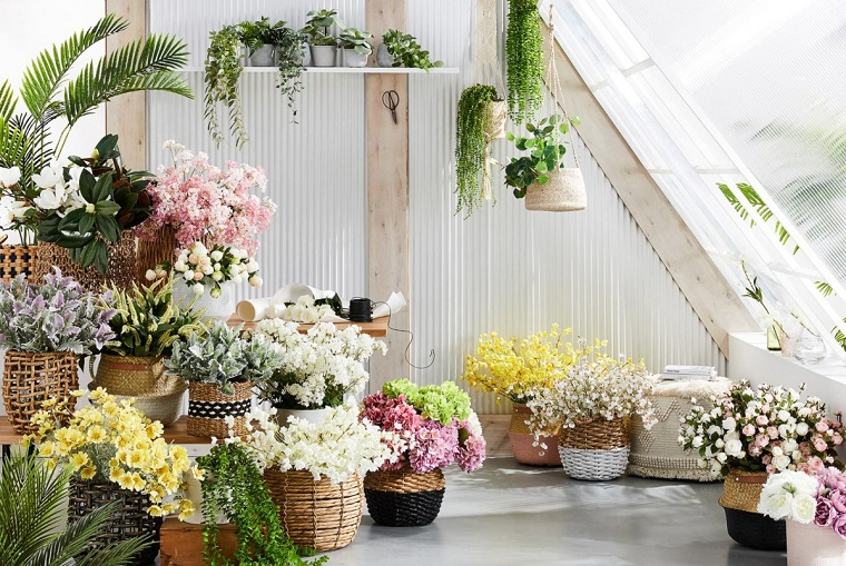terrazzi arredati con piante vasi di fiori balcone con pavimentazione in piastrelle bianche