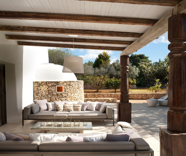 https://archzine.it/wp-content/uploads/2017/01/terrazzi-arredati-eleganti-divani-bianchi.jpg