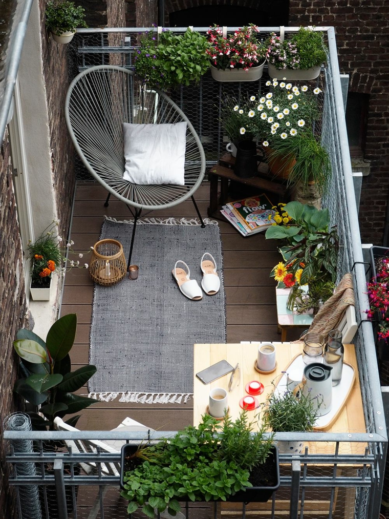 terrazzi arredati moderni balcone con ringhiera in ferro battuto poltrona in rattan con cuscino