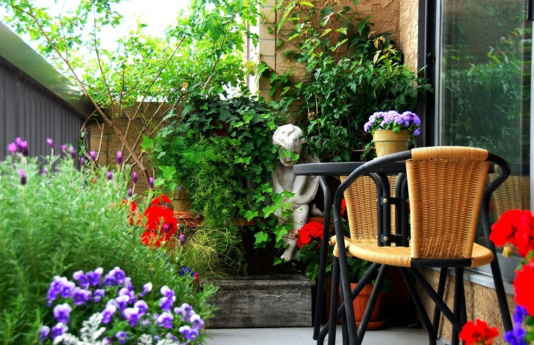 terrazzo arredato con set di mobili in metallo decorazioni balcone con vasi di fiori