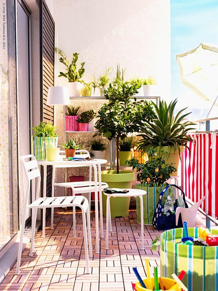 Come abbellire un balcone, terrazzo con tavolo e sedie, vasi con piante dalla foglia verde